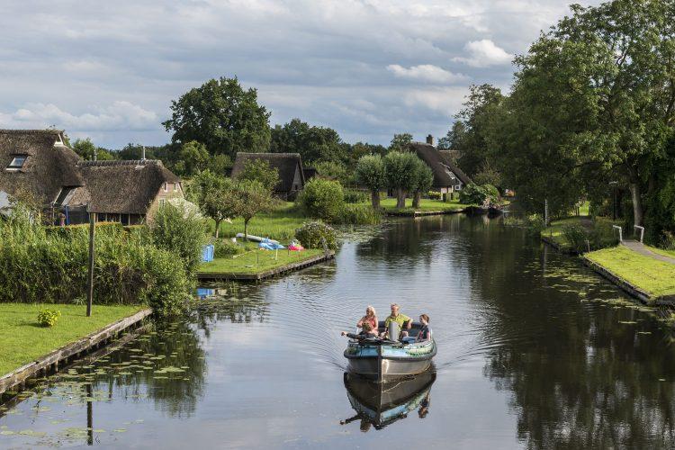 Mit dem Boot durch das niederländische Giethoorn