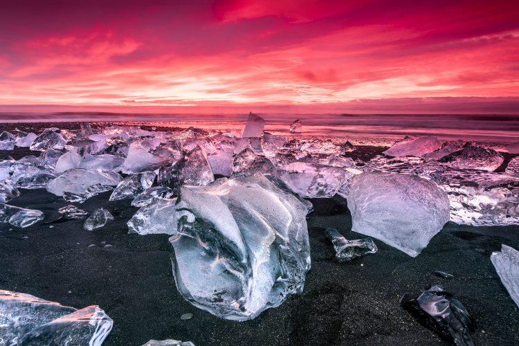 Eisblöcke am Strand am Jökulsárlón auf Island
