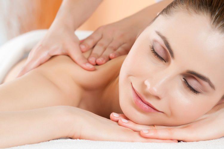 Bei der Massage entspannen