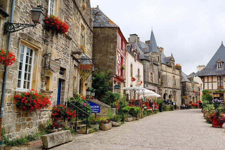 Blumengeschmückte Häuser in Rochefort-en-Terre