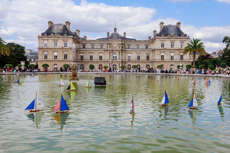 Schiffchen auf dem Teich vorm Palais du Luxembourg