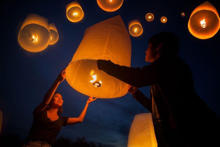 Laternen schweben beim Yi Peng Festival in den Himmel