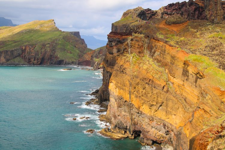 Die Steilküste bietet immer wieder atemberaubende Ausblicke