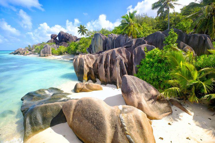 Strand auf den Seychellen mit Granitfelsen