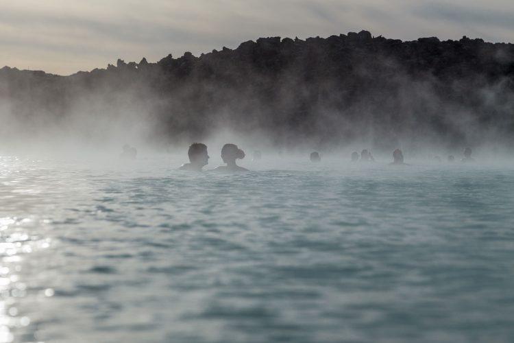 Menschen baden in warmer Quelle