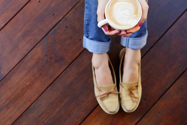 Bequeme Schuhe sind Gold wert auf einem Flug