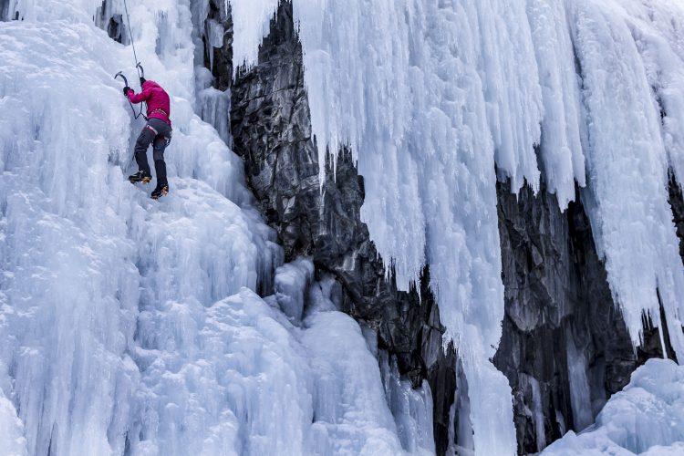 Klettern an der eisigen Wand