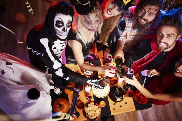 Verkleidete Menschen auf einer Halloweenparty