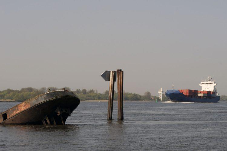 Das Heck eines Binnenschiffs in der Elbe