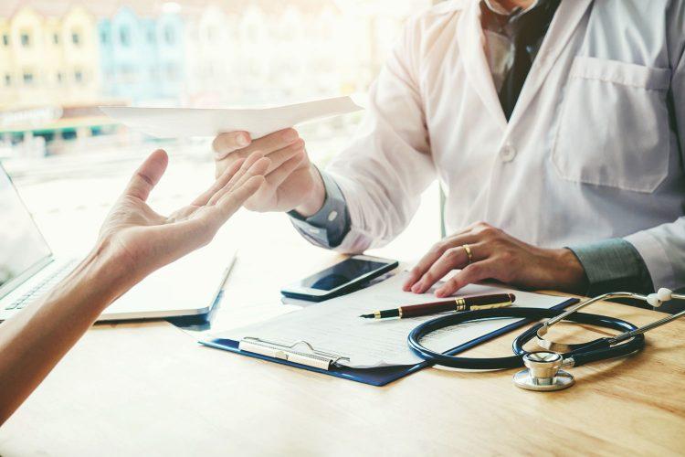 Reisefähigkeit vom Arzt bestätigen lassen.