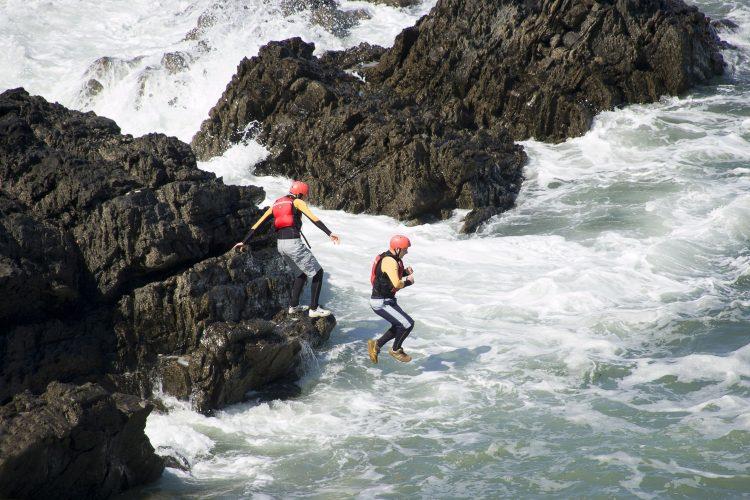 Die Küste entdecken beim Coasteering