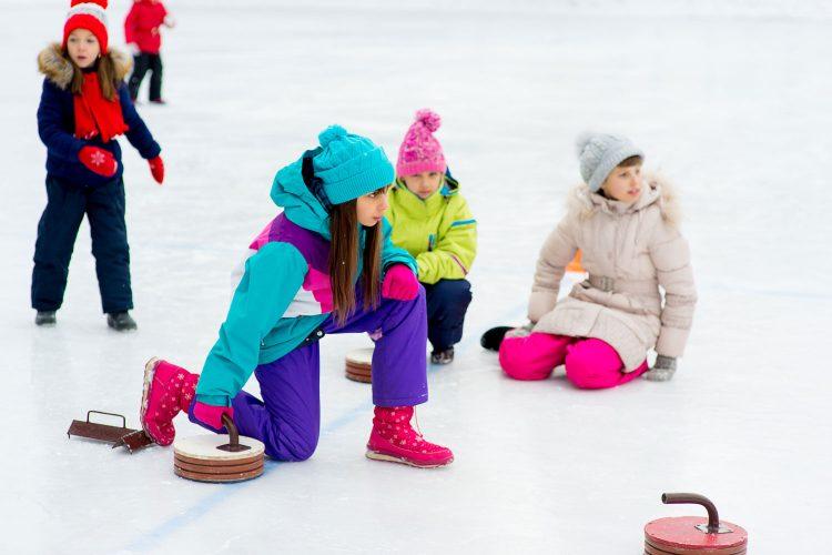 Geselliger Wintersport: Eisstockschießen