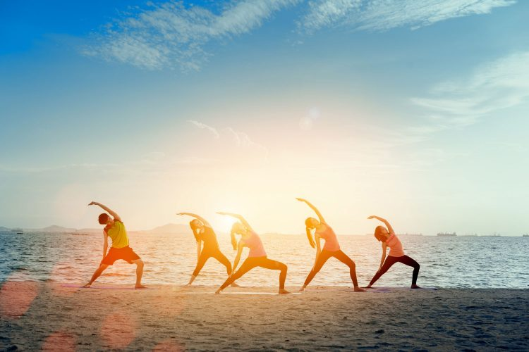 Am Strand beim Yoga entspannen