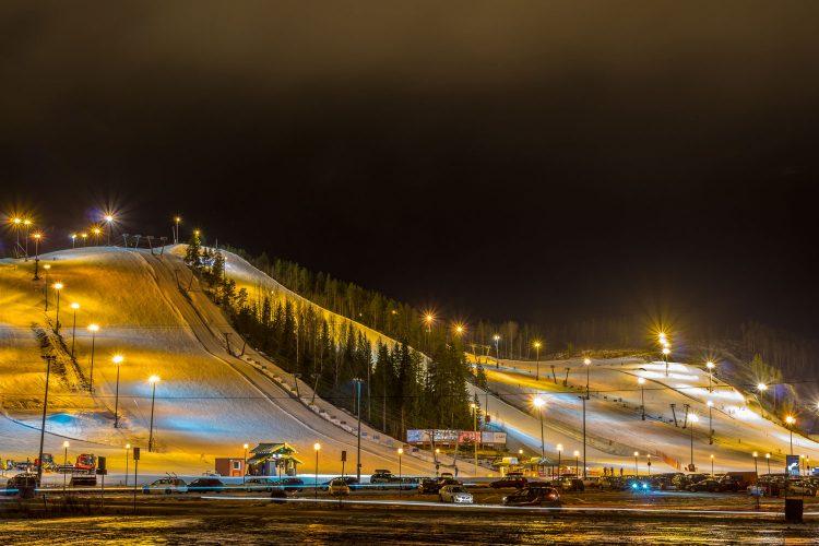 Beleuchtete Skipisten in Finnland