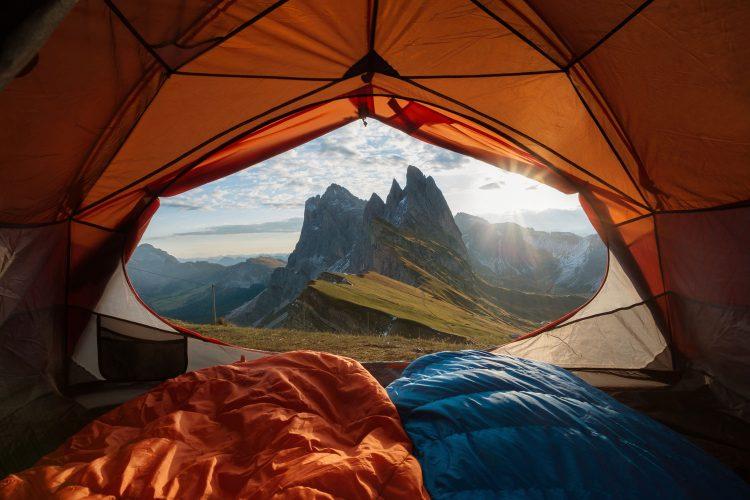 Beim Trekking das Zelt in großartiger Natur aufstellen