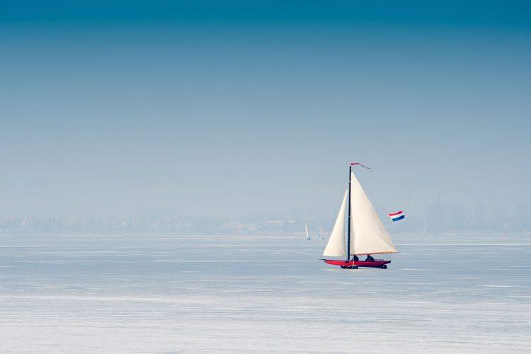 Segeln auf einem zugefrorenen See