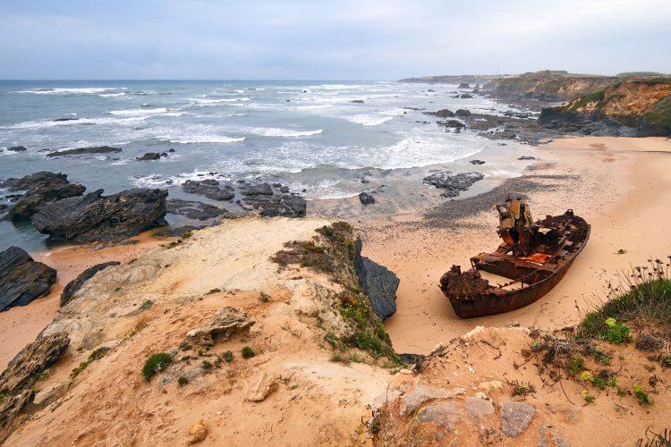 Wrack an der malerischen Küste Portugals
