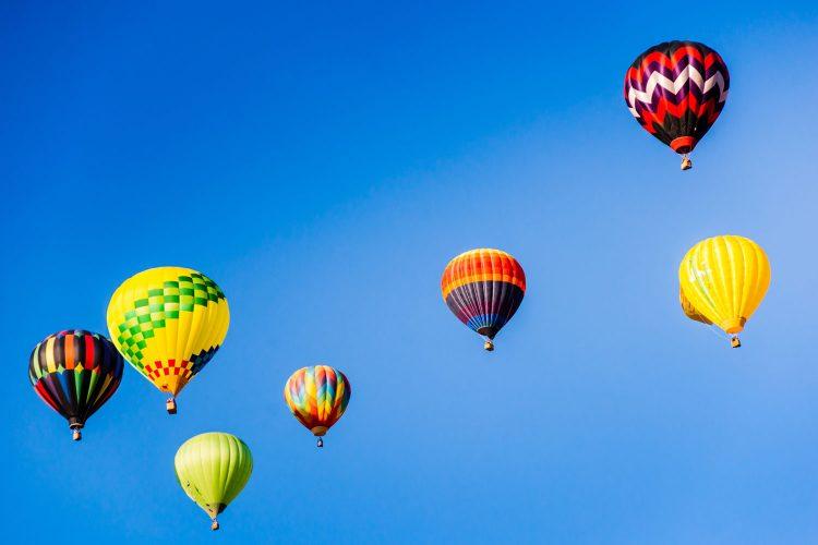 Zahlreiche Heißluftballons steigen beim Burning Man Festival in den Himmel