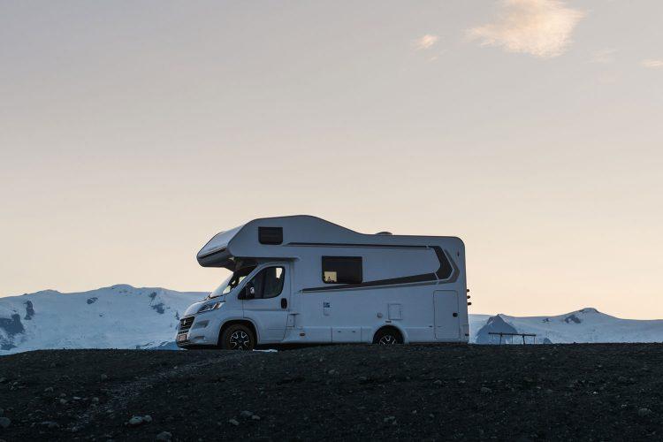 Handfeger, Enteisungsspray und Schneeketten gehören beim Wintercamping dazu