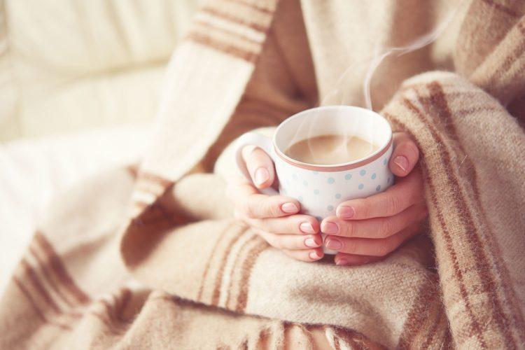 Decken, Kissen und warmer Tee - so kann man sich im Wohnmobil nach einem langen Wintertag wieder aufwärmen