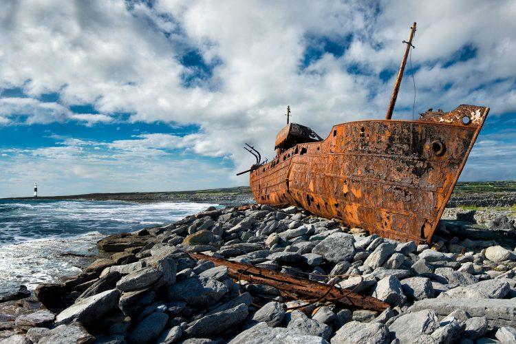Wrack an der Küste der irischen Insel Inis Oírr